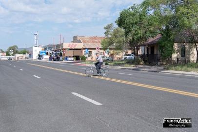 Angel Delgadillo in bicicletta, Seligman (Arizona)