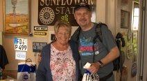 Sono con Fran Houser, la Flo di Cars. Quando l'ho chiamata così è esploso il suo splendido sorriso. Gestisce il Sunflower Station, il gift shop accanto al Midpont cafè di Adrian in Texas.