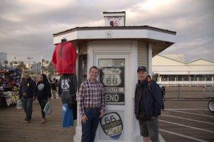 Sono con Ian del 66-TO-CALI, il gift shop ufficiale della Route 66 association USA (si trova sul molo di Santa Monica). Sapendo che stavamo arrivando ci ha aspettato in mezzo al Pier. Abbiamo passato parecchio tempo tra ieri ed oggi a parlare della Route 66